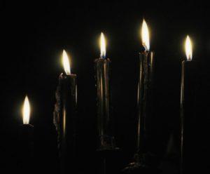 Ropa interior de pareja con velas negras